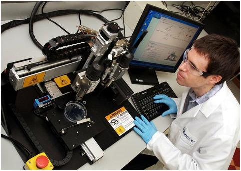Студенты практикуются на 3D-печатных органах во время реальной операции