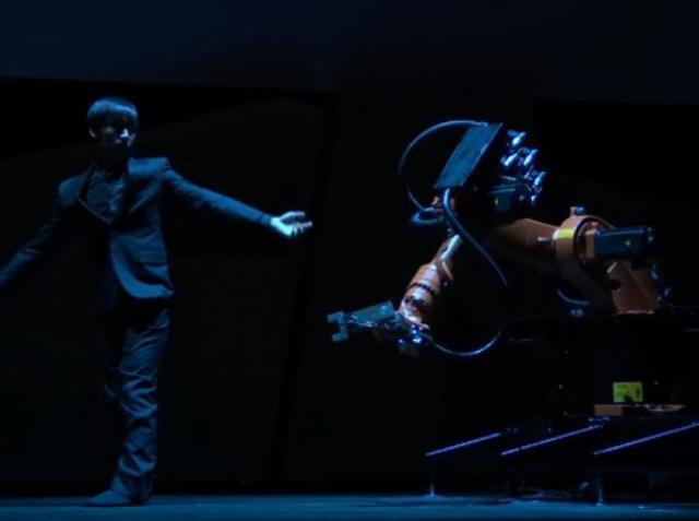 Тайваньский инженер и танцор поставил хореографический номер с роботом