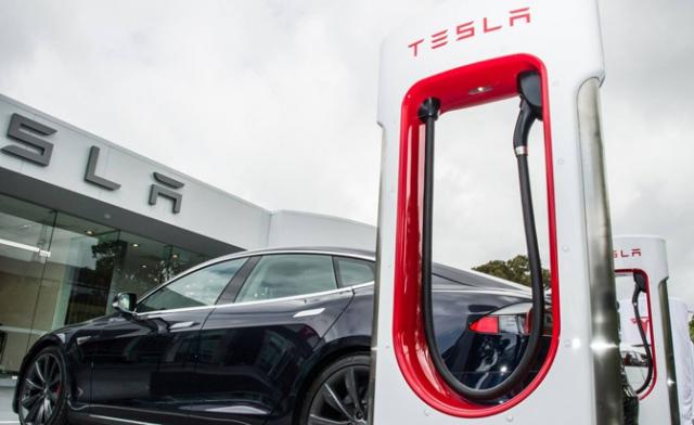 Тесла, показала новую зарядку для своих авто