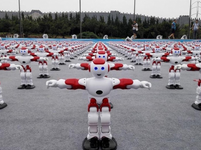 In China, over 1, 000 simultaneously dancing robots have broken the Guinness World Record
