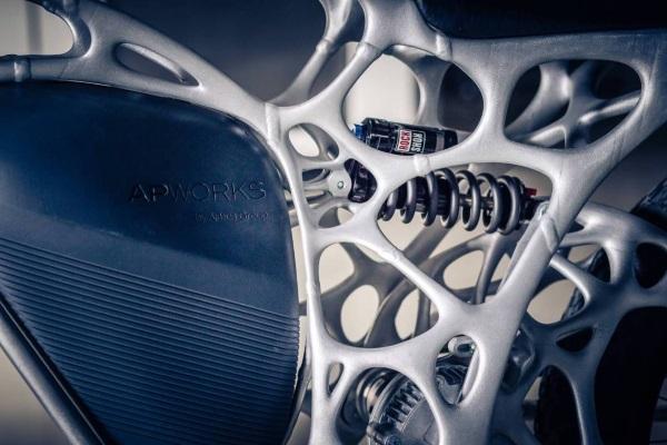 airbus-apworks-unveils-35kg-3d-printed-light-rider-motorcycle 8