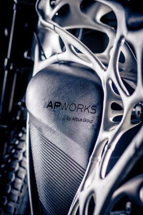 airbus-apworks-unveils-35kg-3d-printed-light-rider-motorcycle 7