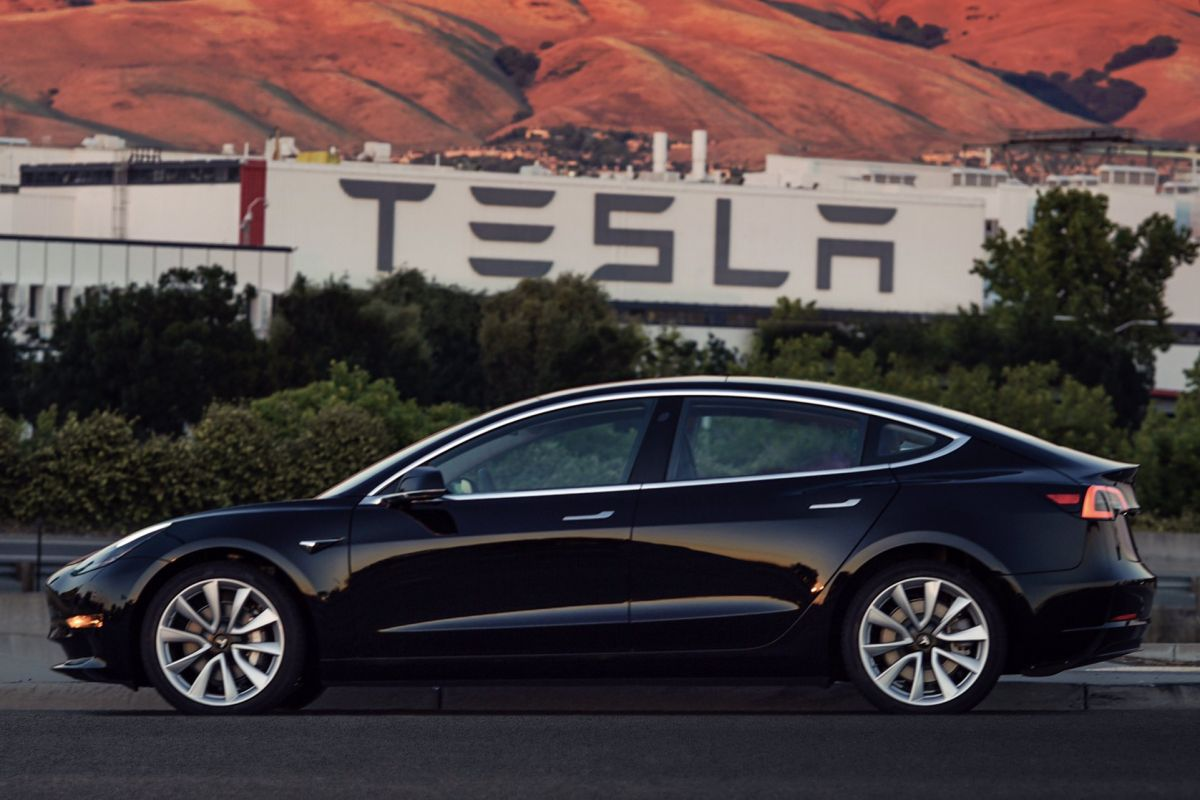 Connectedcars. Tesla: Production Model 3